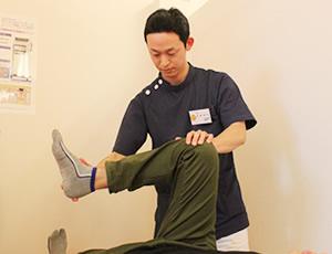 宇都宮市やなせ4丁目はり灸整骨院の膝痛施術風景