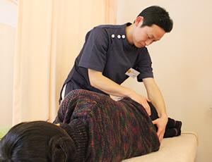 宇都宮市やなせ4丁目はり灸整骨院の腰痛施術風景